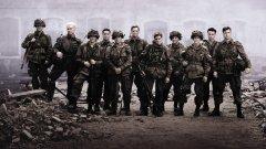"""Band of Brothers / """"Братя по оръжие"""" Не може без него! След успешното си сътрудничество по """"Спасяването на редник Райън"""", Стивън Спилбърг и Том Ханкс обединяват усилия, за да ни отведат на Западния фронт на войната и премеждията на Пета рота от 506-и парашутен полк на 101-а американска военно-въздушна дивизия. От Десанта в Нормандия до капитулацията на Германия и падането на Берлин, зрителите могат да видят живота на войниците по време на войната - дребните несгоди, лошите командири, верните другари и кървавите битки. Този сериал наистина си заслужава вниманието. Той просто е шедьовър."""