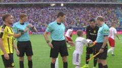 """Защо вратарят на Борусия Дортмунд """"краде"""" топката от съдиите преди всеки мач? (ВИДЕО)"""