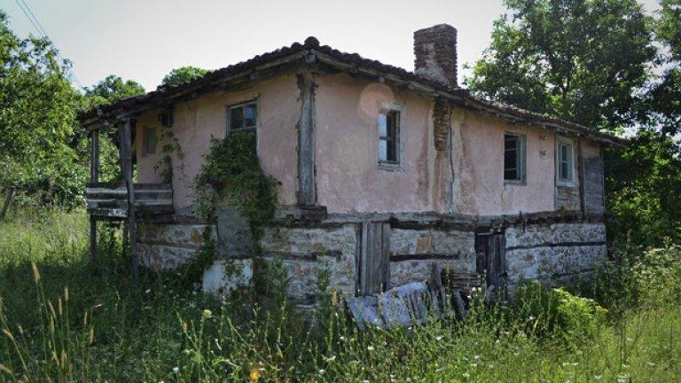 Резерват или не, забравени къщички като тази често се срещат по уличките на Бръшлян.