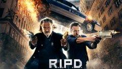 """25. РПУ - Оня свят (R.I.P.D.) – 2013 г. Загуби - $92.22 млн.  Фентъзи екшън комедията на германеца Роберт Швенке е не само една от най-големите бокс офис бомби на 2013 г., но и се смята за една от най-лошите комиксови адаптации в историята. Филмът не може да бъде спасен от участието в главните роли на Раян Рейнолдс и Джеф Бриджис, нито от Кевин Бейкън и Мери-Луис Паркър в поддържащи роли. Публиката и критиците го определят на лоша смесица между """"Мъже в черно"""" и """"Ловци на духове""""."""
