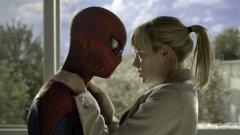 """Невероятният Спайдърмен / The Amazing Spider-Man  През 2012 г. Андрю Гарфийлд играе ролята на Питър Паркър в първата серия от новата адаптация по комиксите за Спайдърмен, с режисьор Марк Уеб. Ема Стоун е в ролята на Гуен Стейси, съученичка от гимназията на Паркър, първата голяма и истинска любов на бъдещия супергерой, която впоследствие е убита от Зеления гоблин, според историята на комиксите. Филмът получи доста смесени оценки от критиците, но въпреки противоречивото качество, """"Невероятният Спайдърмен"""" ще се запомни като снимачната площадка, на която се събраха една от най-симпатичните двойки на Холивуд."""