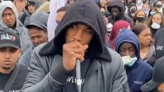 Джошуа беше бурно аплодиран от тълпата на протеста