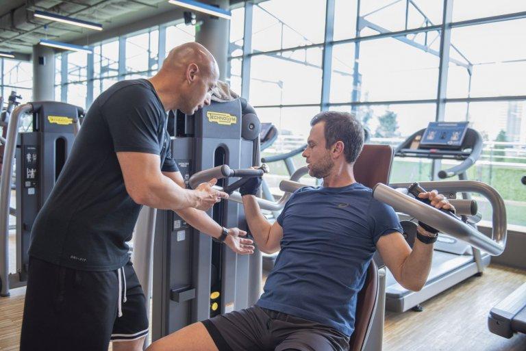 Светлослав помага на Ненчо Балабанов за постигане на целите му в залата.