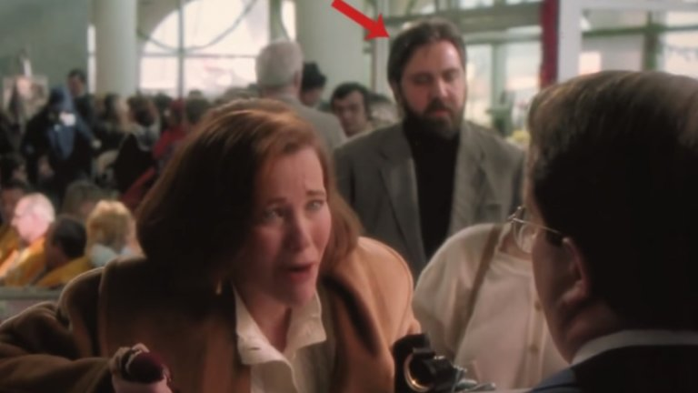 Елвис е жив и участва във филма  Понякога човек вижда това, което иска да види. Така някои зрители твърдят, че Елвис Пресли се появява в сцена от филма. По-конкретно зад майката на Кевин - Кейт (Катрин О'Хара), докато тя се кара със служител на летището. Предполагаемият Елвис е зад гърба ѝ, облечен с поло и имащ черна брада. Филмът е заснет през 1990 г. - доста време след смъртта на Краля на рока през 1977-а, но вярващите в конспирациите около съдбата му отказват да приемат, че не той е актьорът в сцената.