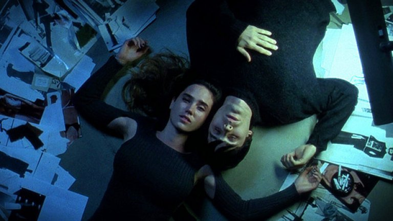 """Requiem For A Dream / """"Реквием за една мечта"""" Ултимативният филм за човешкия упадък под въздействието на наркотиците. """"Реквием за една мечта"""" разглежда съдбите на 4 герои, които се носят по наклонената права на зависимостта. И сценарият, и актьорската игра, и цялостното представяне на фона на музика, монтаж и режисьорско майсторство представят това по толкова въздействащ начин, че няма как човек да не остане потресен след края на филма."""