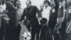 """1. Раждането на Dimayor  Всичко започва през 1948 г., когато Европа все още не може да се отърси от пораженията на Втората световна война.  В същото време футболът в Южна Америка се намира в подем, буквално бълва стотици изключително талантливи играчи. Група предприемачи в колумбийската столица Богота начело с Алфонсо Сеньор Кеведо, президент на футболния клуб Милионариос, основават първия професионален шампионат в страната. При това – забележете! – извън опеката на футболната федерация на Колумбия, която предприемачите считат за безполезна чиновническа организация, способна единствено да поддържа догми като тази, че футболът в страната трябва да бъде само и единствено аматьорски. А професионалната лига Dimayor (съкр. от Division Mayor) има за пряка цел да направи футбола в Колумбия конкурентен на този в Аржентина и най-вече на Уругвай, двукратен олимпийски (1924, 1928) и световен шампион (1930). Проектът получава поддръжка от сената в Богота и националния авиопревозвач """"Avianca""""."""