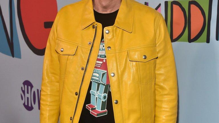 Тениска с робот и жълто яке - напълно обяснимо, ако си на 15. Джим Кери обаче e на 57 години. След като мина през сериозния си и мрачен период с огромна брада (която изненадващо много му отиваше), той сякаш се подмлади с няколко десетилетия, след като я обръсна. Но не чак толкова, че този подбор на дрехи да е приемлив. Но тъй като човекът е комик, ще го приемем за шега и продължаваме нататък.