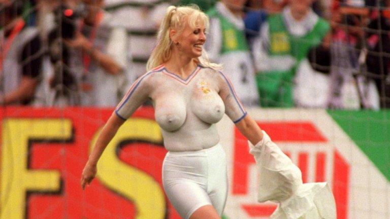 """Култово нахлуване на гола до кръста фенка на Франция по време на церемонията по закриването на Евро 2020 преди финала срещу Италия, спечелен със """"златния"""" гол на Давид Трезеге в 103-тата минута."""
