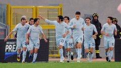 Футболистите на Лацио поздравяват Джузепе Скули (с номер 77) за двете му попадения във вратата на Палермо