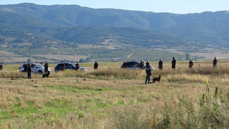 Със следови кучета в момента се претърсват и гористите местности около Дупница.