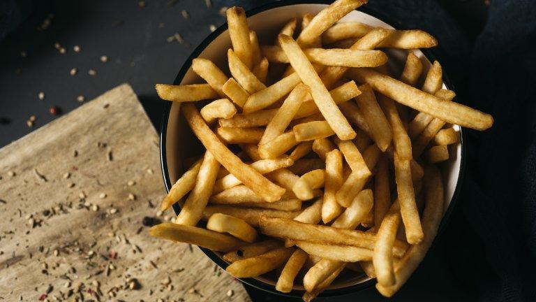 Пържени картофиХрупкавите и неустоими пържени картофи си имат някои тънкости, които може би пропускате. Тайната е след като нарежете картофите на тънки пръчици, да ги накиснете в студена вода за поне 2-3 часа, а най-добре сложете купата в хладилника за цяла нощ.   На следващия ден извадете картофите върху кухненска хартия и ги подсушете наистина много добре, след което ги пускайте на части в дълбок тиган с добре сгорещено олио. Посолете едва след като картофите са добре изпържени.