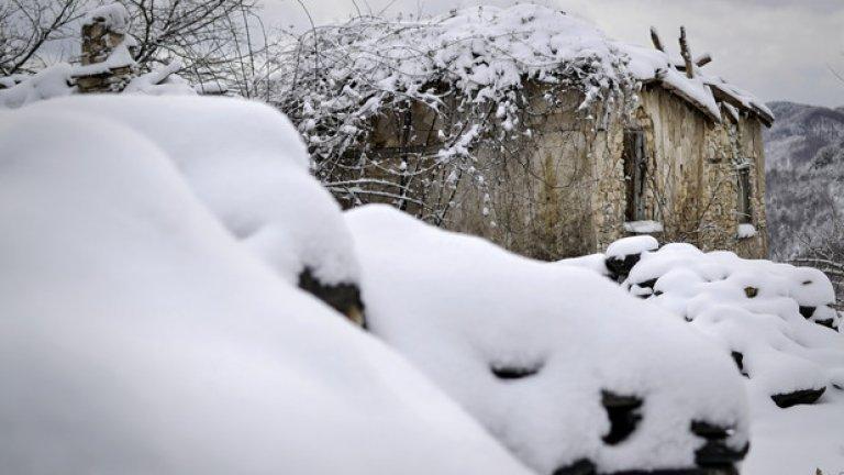 Снежната белота рязко контрастира с цвета на грохналите от умора старини