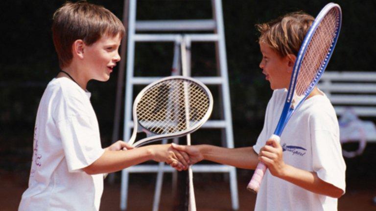 1. Защото ще си създадете много приятелства. Дори не подозирате, че десетки хора, които срещате всеки ден, всъщност се интересуват от тенис. Без значение дали тренирате, или просто гледате по телевизията, любовта към играта ще ви създаде много нови контакти и приятелства. Спортът стимулира комуникацията и забавлението, а заради аристократичния си произход е удобен за създаване на бизнес контакти.