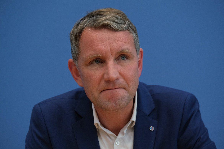 Лидерът на AfD за Тюрингия Бьорн Хьоке направи своя гамбит, насочвайки вота в парламента в подкрепа на либерала Томас Кемерих, за да не вземат отново Левите властта в провинцията.  Още от ноември миналата година той е търсил контакт с Кемерих за сътрудничество в посока технократски кабинет или правителство на малцинството.