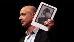 """Доокато у нас """"горят"""" електронни книги, шефът на Amazon.com Джеф Безос гордо показва новата, усъвършенствана версия на електронния им четец за книги - Kindle DX"""