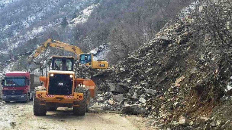Пътят Кричим-Девин, който беше затрупан преди месец, е възстановен. Сега той се препоръчва като алтернативен вариант за пътуване от Пловдив към Смолян, тъй като в отсечката Бачково-Наречен е паднала огромна скална маса