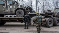 """Британският външен министър Филип Хамънд коментира пред Reuters, че """"ситуацията в Украйна тръгна в обратна посока през последните няколко месеца с все повече и повече нарушения на примирието""""."""