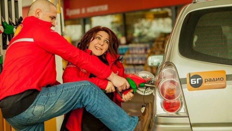 """Тя и Симо ще отпразнуват рождения ден на """"Стартер"""" в бензиностанция"""