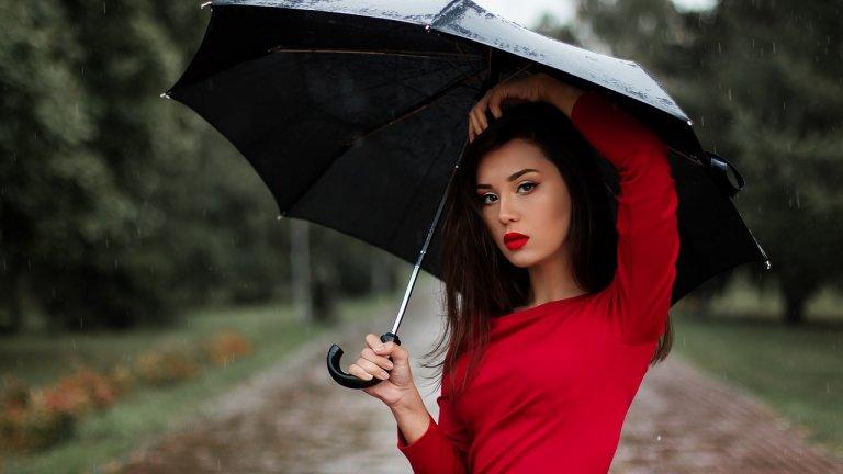 """Дъждовният сезон е тук и е време да изберем чадър. Затова...  Решете кой модел ще ви е най-удобен  Видовете чадъри са ръчни, автоматични, сгъваеми или тип """"бастун"""". Всеки от тях има своите предимства и недостатъци. Изборът зависи от това какви разстояния изминавате пеша в дъждовно време - тоест дали трябва да е здрав и устойчив, или по-скоро малък и сгъваем.    Най-издръжливи са дългите чадъри, чиито дръжки на практика са един елемент. Сгъваемите за сметка на това много по-лесно могат да бъдат пречупени или огънати, тъй като техните спици и основа (ствол) се състоят от няколко сегмента. За да не се огъва в основата, тя трябва да бъде и твърда, и еластична едновременно.    Полуавтоматичният чадър например, който се сгъва с ръце, може да ви коства време, ако бързате да се качите в автобуса. Помислете за това."""