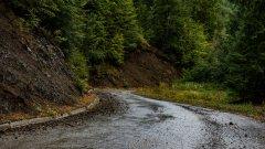 Свлачище от кал затруднява трафика през Кресненското дефиле
