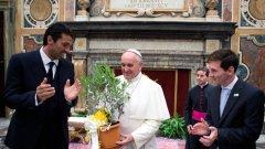 Двамата капитани - Джанлуиджи Буфон и Лео Меси, гордо греят до главата на Римокатолическата църква. Папа Франциск благослови за късмет италианците и аржентинците преди контролата им в Рим.