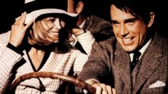 """""""Бони и Клайд"""" Въпреки че на пръв поглед имаме чудесен сюжет и добре замислена история за секси криминална двойка, която иска да живее бързо и да умре заедно, крайният резултат е изнервящо бавно темпо на развитие на действието и главни герои, които не са достатъчно симпатични, за да им съчувстваме. Въпреки, че в главните роли са холивудските икони Уорън Бийти и Фей Дънауей, във филма не може да се почувста особена еротика. Усеща се по-скоро студенина и скованост. Дори пъровначалната гола сцена разкрива скука, фрустрация и безспокойство. Независимо, че филмът се води стопроцентова класика, той надали може да докосне зрителя по начина, по който би трябвало да го направи любовната история на двама престъпници"""