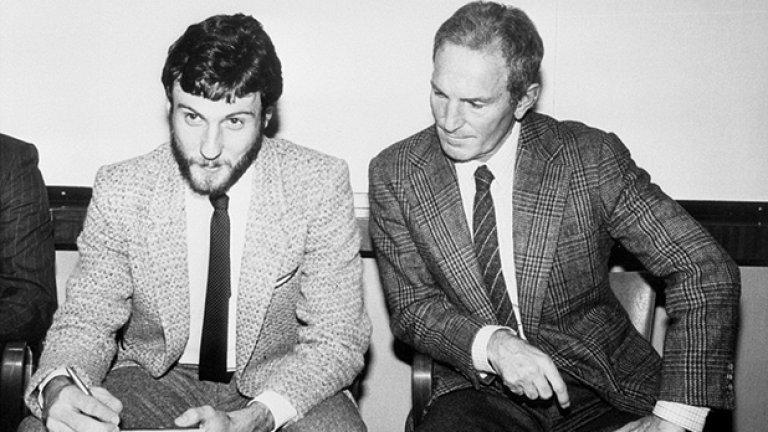 """Още една финансова неудача в град Манчестър. Мениджърът на Юнайтед Дейв Секстън гледа как Гари Бъртълс подписва договора си с клуба, след като """"червените дяволи"""" плащат 1.25 млн. на Нотингам за него през 1980-а. Бъртълс обаче се разписва само 11 пъти в 58 мача за Юнайтед и бива продаден обратно на Форест след две години."""