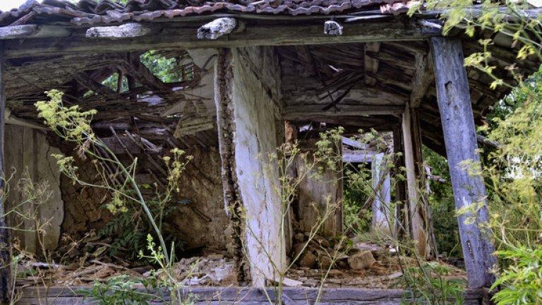 Бръшлян. Оголените останки на старите домове свидетелстват за обезлюдяването на Странджа.