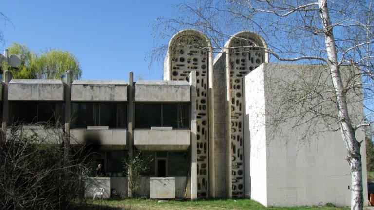 Последната резиденция на Живков в Банкя прилича на зомби - сграда, която е нито жива, нито мъртва и за която всички се бият, но никой не я иска
