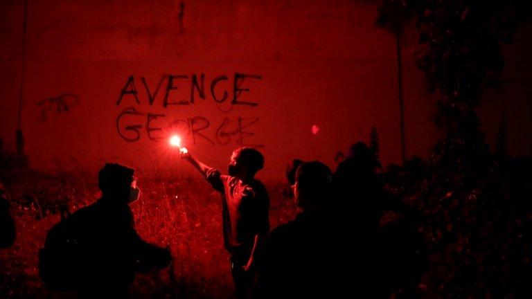 """Демонстранти пред графити с надпис """"Отмъсти за Джордж"""" в Окланд, Калифорния."""