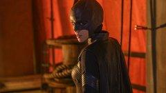 """""""Batwoman"""" (6 октомври)   Руби Роуз влиза в ролята на Кейт Кейн в новия сериал по мотиви от комиксовата вселена на DC. Шоуто я представя като новата пазителка на Готъм, който отново е поставен в отчайващо подчинение на криминалните групировки. Кейн решава да се намеси на мястото на своя изчезнал братовчед - Брус Уейн, Батман, като използва всички свои сили за спирането на враговете на града. Батуомън е първият гей-супергерой, който става основен персонаж в свой собствен сериал."""