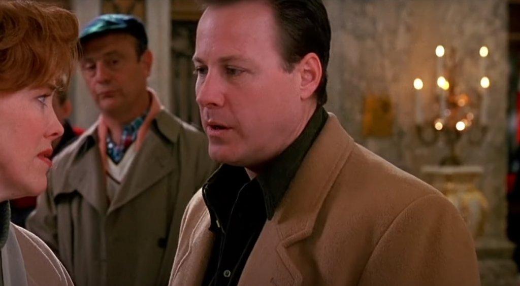 """Бащата на Кевин е мафиот  Питали ли сте се що за професия има Питър Маккалистър, че да заведе собственото си многодетно семейство, заедно с това на брат си, на коледна екскурзия в Париж? И да има подобна къща (използваната за снимките е продадена за 1,85 милиона долара)? Книжната адаптация на филма само загатва, че е """"бизнесмен"""". Но доколко легален е бизнесът му?  Една теория гласи, че бащата на Кевин всъщност е мафиот. Подкрепящите теорията виждат доказателства за това не само в имотното състояние на Питър, но и в някои негови действия. Първо, колко нервен е, когато крадецът Хари (Джо Пеши) се появява на вратата му, облечен като полицай - сякаш има нещо за криене. Второ, всичките пари в кеш, които е прибрал в чантата си и които Кевин харчи в Ню Йорк във втория филм. Да не разчиташ на чекове, а да заложиш само на пари в кеш изглежда съмнително за някои зрители, според които причината е, че Питър се опитва да избегне банките. Стига се дотам, че да се предположи, че насилственият (защото си е такъв) начин, по който Кевин се разправя с Марв и Хари, се дължи на факта, че просто е от семейството на садистичен престъпник."""