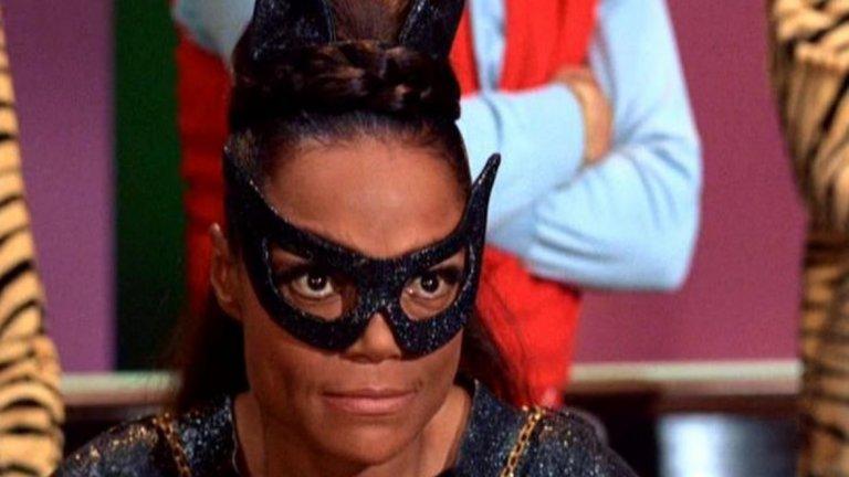 """Ърта Кит (сериалът """"Батман"""", 1968 г.)  Въпреки появата на Мериуедър във филма, Нюмар отново поема ролята във втория сезон на сериала от 60-те. Когато обаче идва време за третия сезон, тя пак е заета с друг проект - филмът """"Златото на Маккена"""" (Mackenna's Gold, 1969 г.). Така за втори път се налага да се търси нова Жена котка. За ролята е избрана тъмнокожата певица и актриса Ърта Кит. Участието й остава в историята като един от първите големи пробиви за тъмнокожа актриса на телевизионния екран и години по-късно изпълнението й ще послужи като вдъхновение на Хали Бери за Catwoman."""