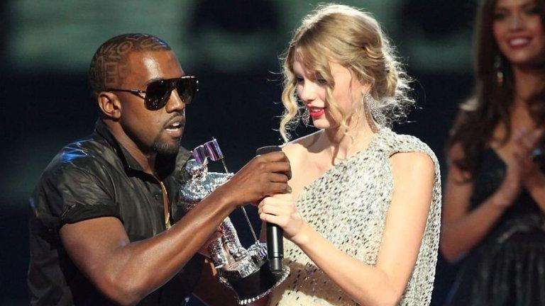 """Кание Уест срещу Тейлър Суифт  Наградите на MTV през 2009 г. се запомниха с гаменския начин, по който рапърът прекъсна Суифт, докато тя беше на сцената, за да получи наградата си за най-добър женски видеоклип. По някаква причина Кание реши да нахлуе и да обясни, че клипът на Бионсе към Single Ladies е сред най-добрите в историята. Малко по-късно Бионсе беше наградена за видео на годината.  Самият президент на САЩ Барак Обама се включи в бурните реакции след наградите и нарече Кание """"глупак"""", а рапърът поднесе половинчато извинение. През 2015-а Тейлър Суифт лично връчи на Кание един от призовете на тогавашните награди на MTV и изглеждаше, че напрежението между тях е приключило, но не след дълго той пусна песента си Famous, в която изпя, че е направил """"к*чката"""" Суифт известна. Последва вълна от обяснения между двамата за това дали Уест е поискал разрешение от колежката си да пусне песента с този текст и доколко тя е била наясно с конкретната фраза от лириките. Всъщност дискусията по въпроса продължава, след като през март тази година се появиха кадри от пълния разговор между двамата, в който те уточняват съдържанието на песента.  И макар че всичко все повече изглежда просто като едно недоразумение, няма индикации, че двете звезди са го преодолели."""