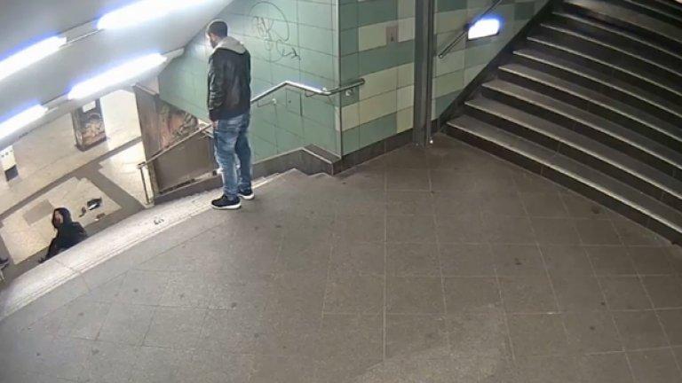 Не е толкова важен бабаитът. Важен е другият - вторият българин - онзи, който от любопитство, изненада, неудобство или кой знае защо, спира на стълбите, за да види последствията от ритника, после се навежда да вземе бутилка, която даже не е негова и лицето му лъсва в кадър.