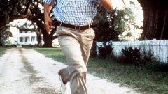 """Уинстън Грум - """"Форест Гъмп""""   Филмовата адаптация на """"Форест Гъмп"""" от писателя Уинстън Грум печели похвалите на критиката, любовта на почитателите, както и шест награди """"Оскар"""" в някои от най-важните категории – най-добър филм, режисура и главна мъжка роля на Том Ханкс.   Грум обаче не е никак доволен от крайния резултат по редица причини. Той е огорчен, че никой от екипа на филма дори не споменава името му при награждаванията, но по-важното е, че сценаристите и режисьорът Робърт Земекис правят доста промени по сюжета.  Писателят е недоволен, че във филма интелектуалните затруднения на героя му са смекчени и са представени далеч по-невинно, за да са по-лесни за гледане. Същото се отнася и за други детайли, които биха разстроили зрителя. Така, когато пише продължението на романа """"Форест Гъмп"""", Грум изрично посочва, че не желае книгата да бъде екранизирана."""