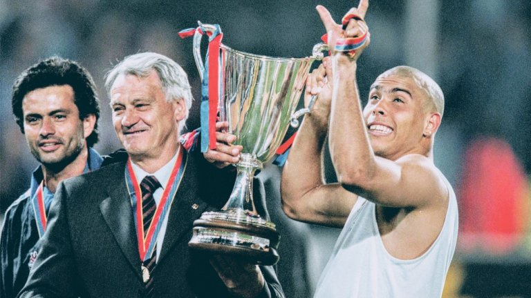 Жозе Моуриньо - тогава все още само преводач на сър Боби Робсън, който държи трофея от турнира за Купата на носителите на купи през 1997 година след победата на Барселона с 1:0 над ПСЖ във финала.