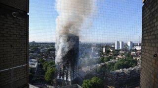 След трагедията в Лондон властите тестват масово санирани сгради