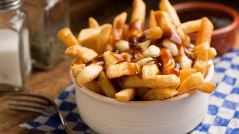 Путин (Poutine)Канадците и особено жителите на Квебек за изключително горди от това национално ястие, което представлява пържени картофи, поръсени с прясно сирене и сос грейви. Путин (Poutine) се приготвя и изключително лесно, а е сгряващ душата и тялото в по-хладните дни.  За приготвянето му ви трябват пържени картофи и сирене от типа на моцарела или котидж. Сосът грейви се приготвя, като разтопите в тиган около 100 грама масло, след това запържите в него до златисто 30 грама брашно. След което добавяте 500 милилитра месен бульон, сол, пипер и няколко капки сос Уорчестър. Бъркате, докато се сгъсти и след това заливате картофите и сиренето с горещия сос.   Можете да запечете ястието за кратко във фурната за още по-кремообразна структура.