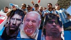 Агитката на Аржентина на световното миналото лято. Тримата, които трябваше да донесат купата - на терена Меси, а с духа си и благословията - Марадона и папа Франциск.