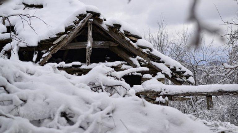 Последният оцелял покрив в махалата продължава да пази суха вътрешността на старата къща.