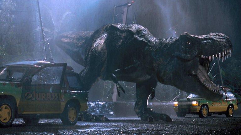 """""""Джурасик парк""""/""""Джурасик свят""""  Нека не се лъжем - единствената безспорна класика тук е оригиналният """"Джурасик парк"""" (1993 г.) на Стивън Спилбърг. Филмът, който направи динозаврите """"готини"""" и е накарал не едно дете да издава странни ръмжащи звуци.   Но останалите пет филма от поредицата също имат своите развлекателни качества, така че не ги пренебрегвайте!  Основната концепция е, че учени са успели да """"съживят"""" динозаври чрез комбинация на съхранено тяхно ДНК с такова на други видове. Резултатът е увеселителен парк, в който ние, малките слаботелесни човеци, можем да се възхищаваме на някогашните господари на планетата. Но природата има други планове, които не съвпадат с тези на алчното човечество."""