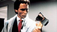 """Брадвата на Патрик Бейтман (Крисчън Бейл) е приета в пантеона на легендарните инструменти за убиване - редом до брадвата на Джак Торанс от """"Сиянието"""", моторната резачка на Ледърфейс от """"Тексаско клане"""" и касапския нож на Майкъл Майерс от """"Хелоуин""""."""