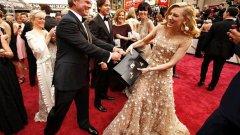 """2014 г.: Актрисата Кейт Бланшет позира в опит да """"открадне"""" куфарчето на одитора Браян Кълинан"""