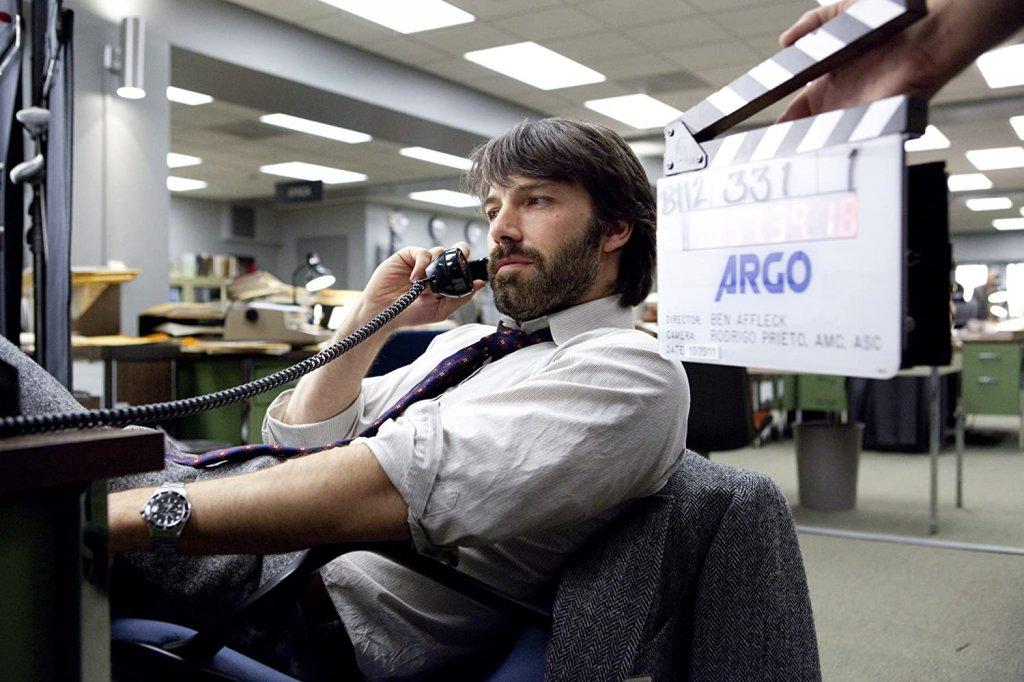 """Бен Афлек в """"Арго"""" Продукцията печели """"Оскар"""" за най-добър филм на годината, но участието на Бен Афлек предизвиква доста противоречия. Той играе агент Тони Мендез, който е с латиноамерикански корени, както говори и името му. Афлек от своя страна не прилича дори и бегло на латиноамериканец, макар че актьорът уточнява, че самият Мендез много е харесал ролята му."""