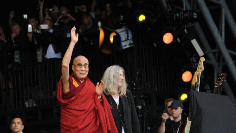 """Далай Лама за първи път гостува на Гластънбъри.    Ето и една от мъдростите, които сподели: """"Ако имате стресова ситуация, помислете за решение. Ако няма решение, няма смисъл да се тревожите""""."""