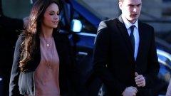 Адам Джонсън пристигна на изслушването с приятелката си Стейси Флаундърс