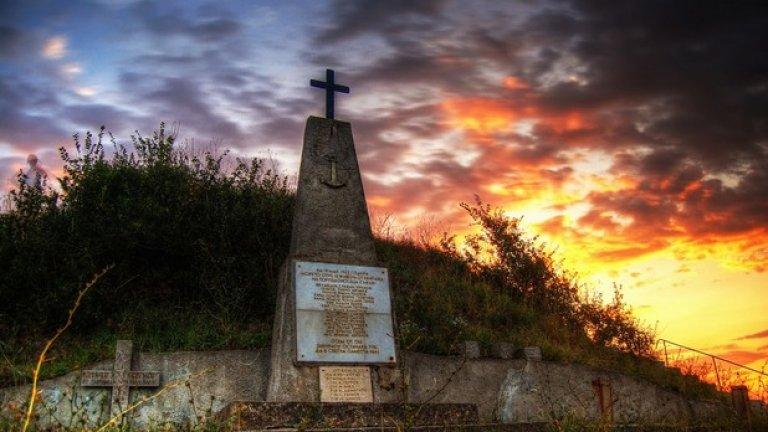 """На 19 май 1943 г. морето отнема живота на 15 български моряка от торпедоносеца """"Смели"""". Паметник в тяхна чест е изграден през 1998 г. по инициатива на командира и личния състав на военноморска база Бургас."""