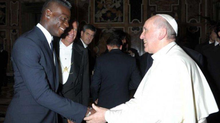 На церемонията във Ватикана дойде и Марио Балотели, който обаче е контузен и пропуска мача. За наше облекчение, Балотели е наказан за световната квалификация с България.