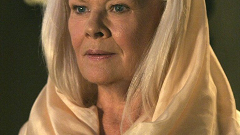 """Джуди Денч в """"Хрониките на Ридик""""   Джуди Денч е известна като актриса, която подбира изключително внимателно ролите и появите си на голям екран. По тази причина решението й да участва в този научно-фантастичен екшън е повече от озадачаващо. Денч влиза в образа на пророчицата Аерон, посланик на расата на Елементите. Ако това ви звучи непонятно, не се притеснявайте – дори и да изгледате филма, няма да разберете напълно."""